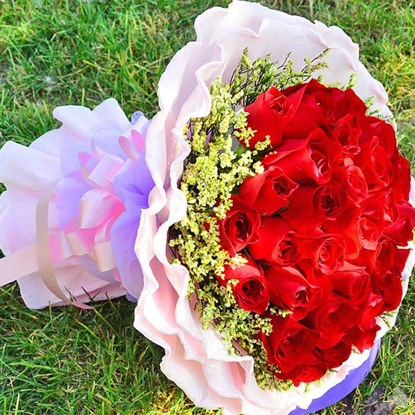 33朵红玫瑰,外围水晶草